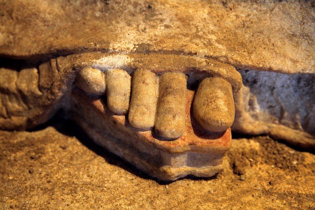 Karyatid full Amphipolis2